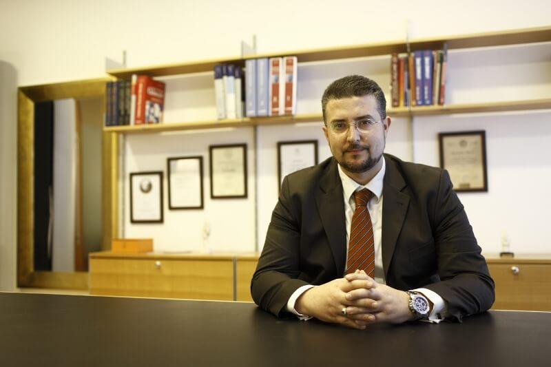 Der Plastische Chirurg, Georgios Hristopoulos in seinem Praxisbüro