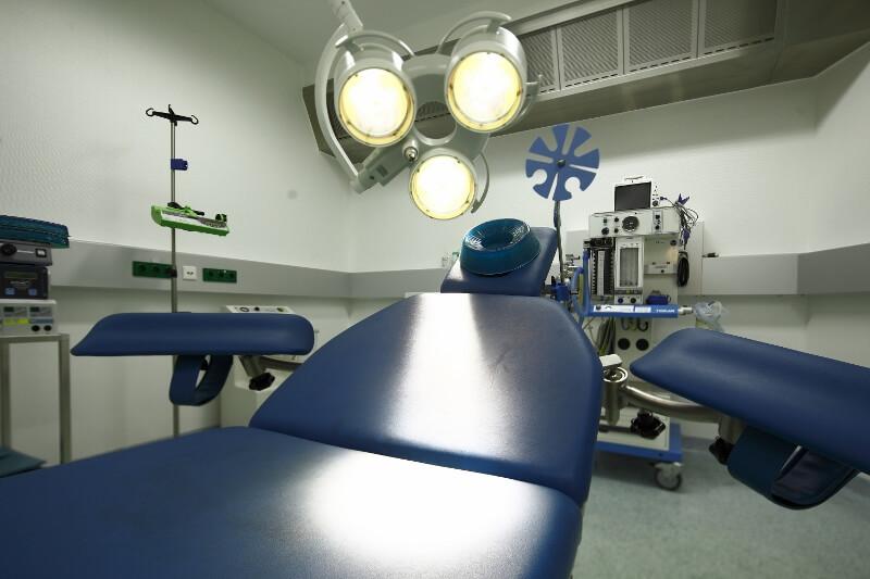 Nahaufnahme vom OP-Tisch der Plastischen Chirurgie der Beethoven 5.13 Klinik in Köln