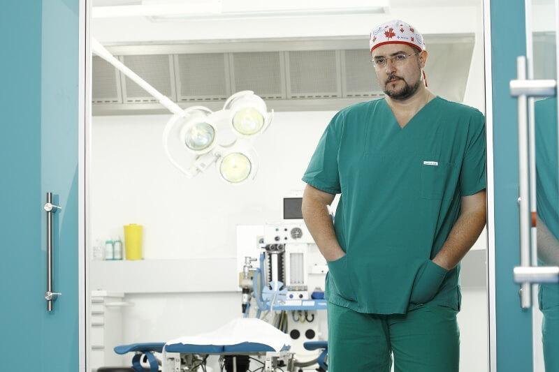 Der Inhaber vom Pantheon Aesthetic Center, Georgios Hristopoulos im Operationssaal der Beethoven 5.13 Klinik in Köln abgebildet