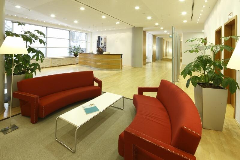 Wartebereich, Empfang und Übersicht der Beratungszimmer in der Beethoven 5.13 Klinik in Köln